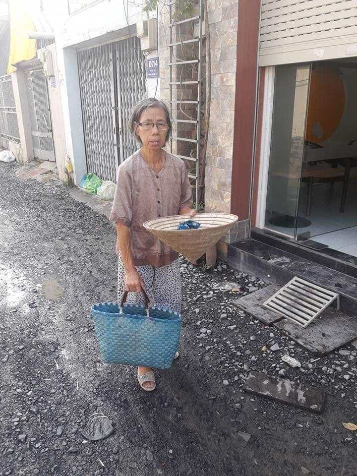 Cô giáo 60 tuổi lang thang đi ăn xin vì bị mấtđất