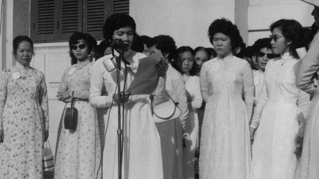 Phụ nữ Nam Việt Nam năm 1956 trong một buổi họp báo