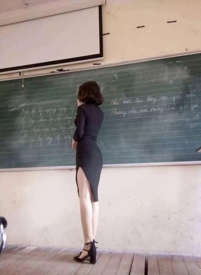 Cần có quy định cấm cô giáo lên lớp không được mặc quần áo hởhang